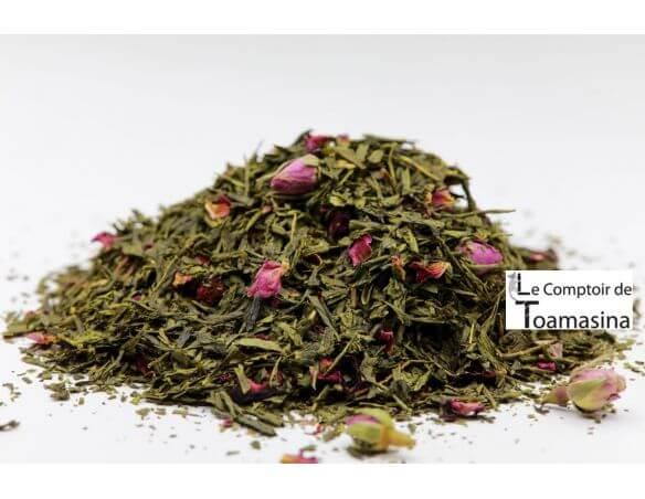 thé vert sencha agrémenté de morceaux de fraises, de framboises et de pétales de rose